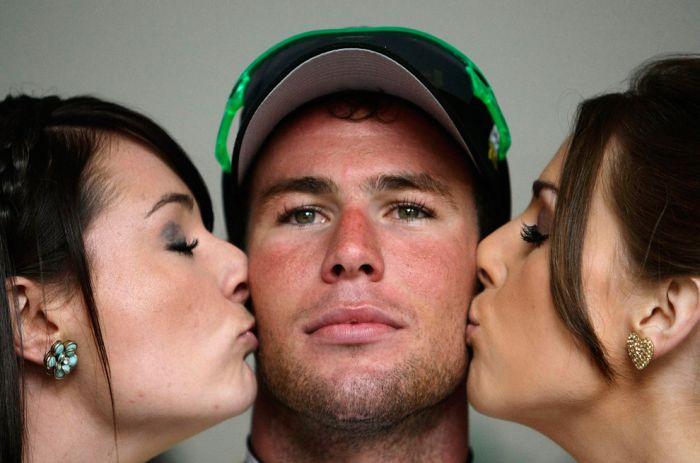фото парень и две девушки