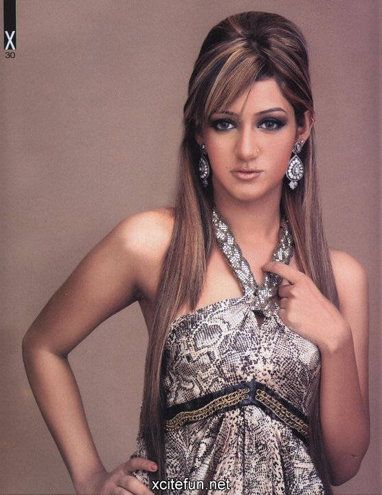 MATHIRA Pakistani Host  Photo Gallery