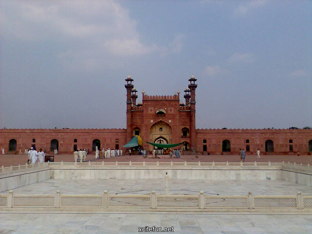 essay on a visit to badshahi mosque Jumping obama's visit to the mosque â the biggest in southeast asia â was related post of essay on badshahi mosque in english essay addiction effect school.