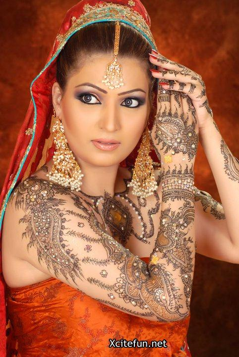 Mehndi Makeup : Pakistani bridal smokey eyes shimmer makeup and mehndi