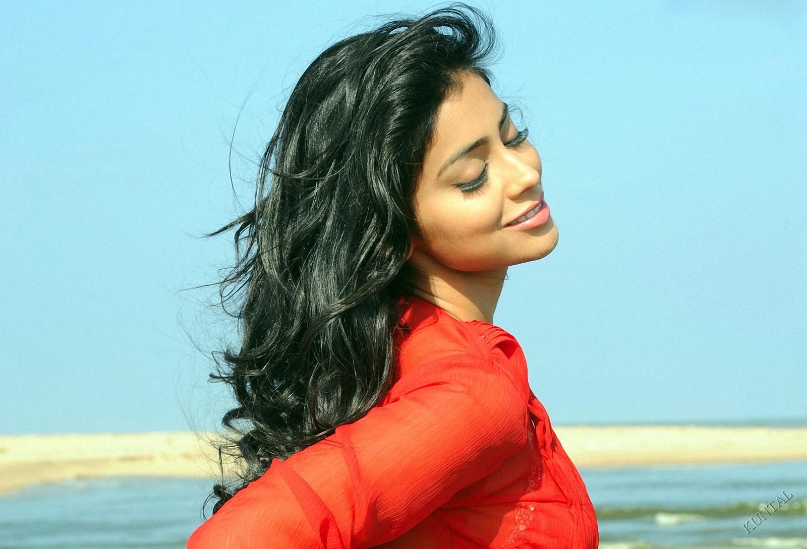 Shraya Sarans Sisey Hd Face Images: Shriya Saran Beautiful Wallpapers....