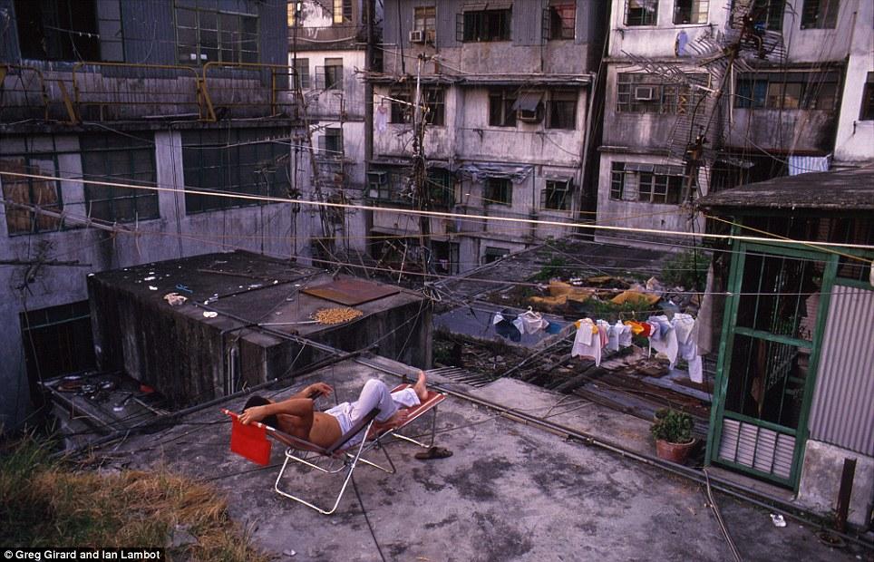 http://img.xcitefun.net/users/2012/12/312418,xcitefun-kowloon-walled-city-5.jpg