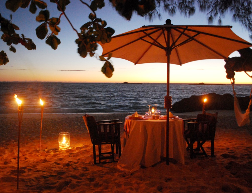 Romantic Beach Dinner Table Setup XciteFunnet
