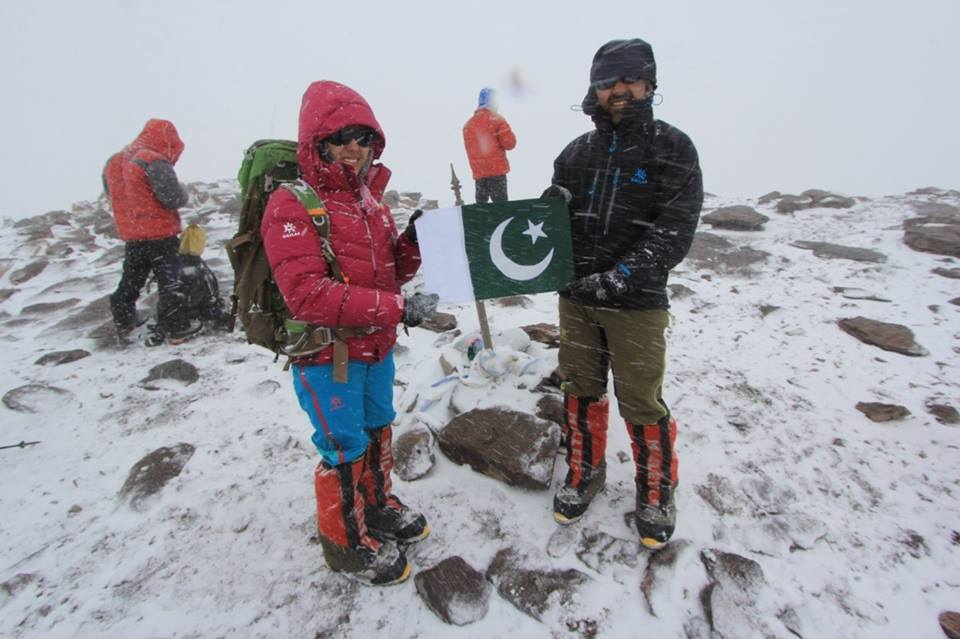 Samina Baig Hoist The Green Flag On Mount Everest